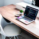 Aký stôl a stolička do kancelárie? Začnite správnym osvetlením